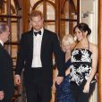 Le prince Harry et Meghan Markle, en robe  Safiyaa,  quittent la soirée Royal Variety Performance à Londres le 19 novembre 2018.