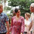 Le prince Harry et sa femme Meghan Markle, en robe  Figue,  visitent le campus de l'Université du Pacifique Sud à Suva lors de leur voyage officiel aux îles Fidji, le 24 octobre 2018.