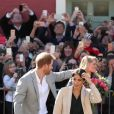Le prince Harry et Meghan Markle, en jupe en cuir  Hugo Boss, blouse & Other Stories, manteau Armani et sac Gabriela Hearst , à Brighton dans le Sussex le 3 octobre 2018.