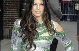 Fergie en robe très moulante, très découpée et très courte... c'est diablement sexy ! Whaou !