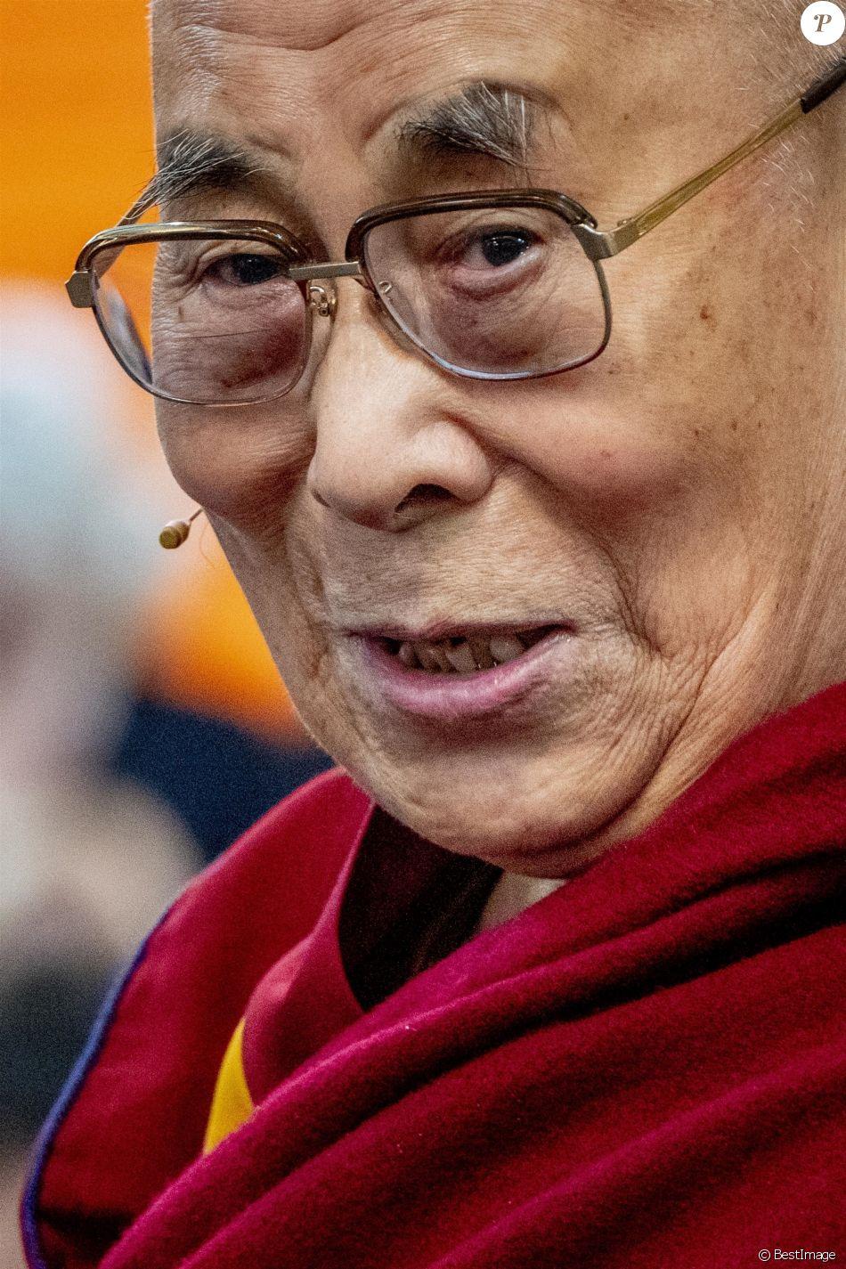 Le Dalai Lama à l'exposition Buddha's Life à la nouvelle église gothique d'Amsterdam (De Nieuwe kerk) aux Pays-Bas. Le Dalaï Lama a affirmé samedi à la télévision publique néerlandaise avoir eu connaissance depuis les années 1990 d'agressions sexuelles présumées commises par des enseignants bouddhistes.Le chef spirituel tibétain effectuait une visite de quatre jours aux Pays-Bas où il a rencontré vendredi des victimes d'agressions sexuelles. Il répondait ainsi à l'appel de douze d'entre elles qui avaient lancé une pétition afin qu'une réunion soit organisée. Le 15 septembre 2018.