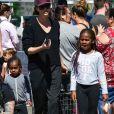 Charlize Theron fait des courses au farmers market avec ses enfants August et Jackson à Los Angeles, le 31 mars 2019