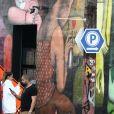 Exclusif - Veronika Loubry se promène avec sa fille Thylane Blondeau dans les rues de Miami. La mère et la fille se prennent en photo devant les murs de graffitis. Le 10 avril 2019.