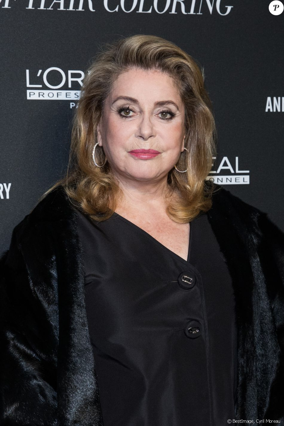 "Catherine Deneuve au photocall du 110e anniversaire de l'Oréal Professionnel ""La French - Art Of Hair Coloring au Carrousel du Louvre à Paris, France, le 24 mars 2019. © Cyril Moreau/Bestimage"