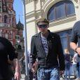 """Exclusif - Johnny Depp se promène autour de la place Rouge à Moscou avant de se produire avec son groupe """"The Hollywood Vampires"""" en Russie le 27 mai 2018."""