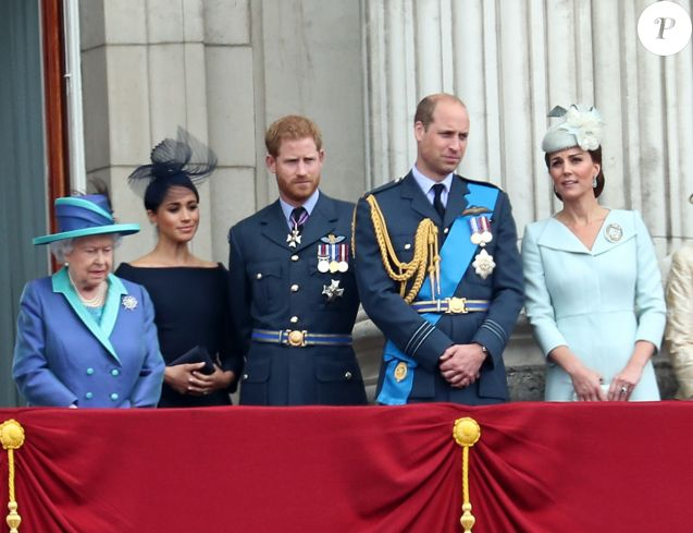 La reine Elisabeth II d'Angleterre, Meghan Markle, duchesse de Sussex (habillée en Dior Haute Couture par Maria Grazia Chiuri), le prince Harry, duc de Sussex, le prince William, duc de Cambridge, Kate Catherine Middleton, duchesse de Cambridge - La famille royale d'Angleterre lors de la parade aérienne de la RAF pour le centième anniversaire au palais de Buckingham à Londres. Le 10 juillet 2018