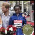 Le prince Harry, duc de Sussex, pose avec les vainqueurs du marathon de Londres, les Kényans Eliud Kipchoge et Brigid Kosgei, le 28 avril 2019, alors que la naissance de son premier enfant avec sa femme la duchesse Meghan était imminent.