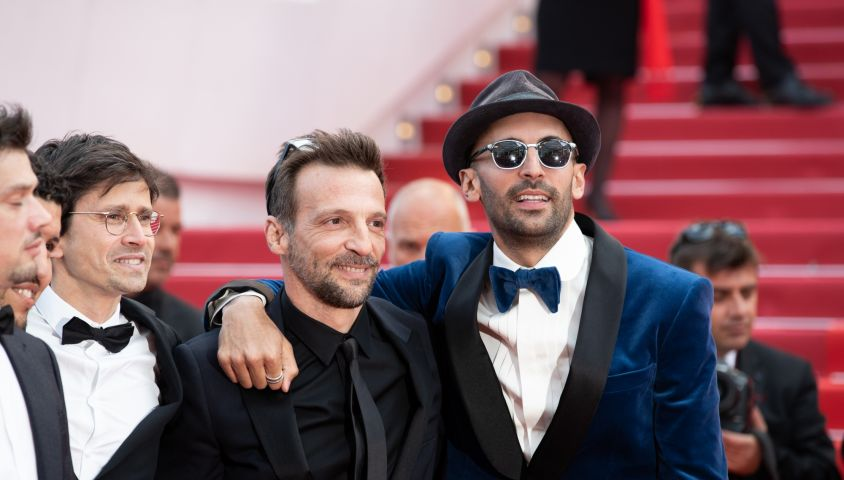 """Mathieu Kassovitz et l'artiste JR - Montée des marches du film """"Les Misérables"""" lors du 72ème Festival International du Film de Cannes. Le 15 mai 2019 © Borde / Bestimage"""
