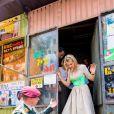 La reine Maxima des Pays-Bas se promène dans le centre ville d'Addis-Abeba lors de sa visite officielle de deux jours en Ethiopie, le 15 mai 2019, et découvre un coffee shop équipé du dispositif de paiement HelloCash.