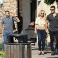 Britney Spears, souriante et rayonnante, se balade main dans la main avec son compagnon Sam Asghari à Camarillo en Californie. Le couple est allé faire du shopping chez GAP et est ensuite allé acheter de la nourriture à emporter dans un In-N-Out Burger. Britney est accompagnée de son garde du corps. Le 17 mai 2019.