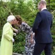"""Kate Middleton, duchesse de Cambridge, accueille la reine Elizabeth II pour lui faire visiter son jardin baptisé """"Back to Nature"""" au """"Chelsea Flower Show 2019"""" à Londres, le 20 mai 2019."""