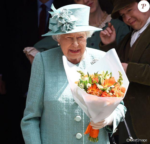 La reine Elisabeth II d'Angleterre visite une réplique d'un entrepôt Sainsbury à l'occasion du 150ème anniversaire du marché de Covent Garden à Londres, Royaume Uni, le 22 mai 2019.