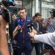 Le champion du monde du 800m, Pierre-Ambroise Bosse, arrive Gare du Nord à Paris, France, le 12 août 2017, où il a été accueilli par de nombreux fans à qui il avait promis de les inviter à boire un verre sur son compte twitter.