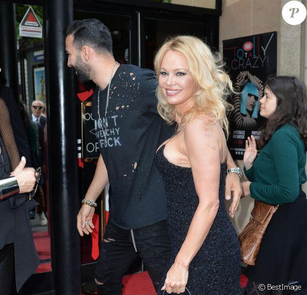 """Pamela Anderson et son compagnon Adil Rami arrivent à la premiére du spectacle """"Bionic Showgirl"""" avec Viktoria Modesta au Crazy Horse à Paris le 3 juin 2019. © Veeren/Bestimage"""