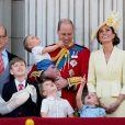 Le prince William et Kate Middleton, duchesse de Cambridge, avec leurs enfants le prince George, la princesse Charlotte et le prince Louis de Cambridge sur le balcon du palais de Buckingham à Londres le 8 juin 2019 lors de la parade Trooping the Colour.