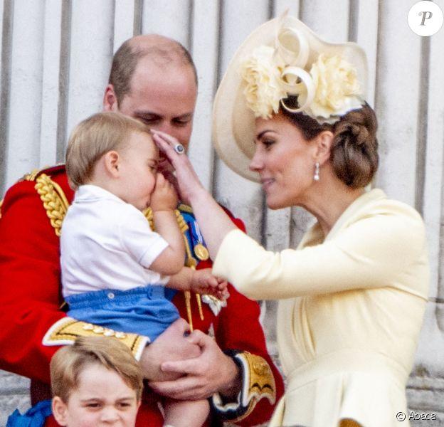 Kate Middleton, duchesse de Cambridge, a en douceur empêché son fils le prince Louis de Cambridge, âgé de 13 mois, de sucer son pouce alors qu'il assistait pour la première fois le 8 juin 2019 à la parade Trooping the Colour, depuis le balcon du palais de Buckingham à Londres.