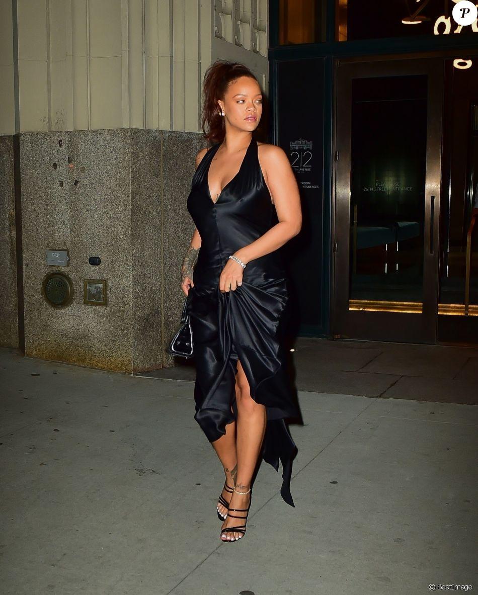 Vêtue d'une longue robe noire, la chanteuse Rihanna a été aperçue à la sortie d'une soirée à New York, le 11 juin 2019.