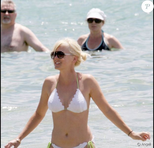 Anna Faris, superbe dans son bikini blanc, lors de vacances à Hawaii avec son chéri, le 20 juin 2009 !