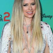 Avril Lavigne ose le maxi décolleté à une soirée Disney