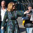 La chanteuse Adele rencontre ses fans dans la rue à New York, le 25 novembre 2015. Elles est à New York pour la promotion de son nouvel album.