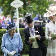 La reine Elizabeth II d'Angleterre, John Warren et lady Carolyn Warren au Royal Ascot le 18 juin 2019.
