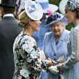 Kate Middleton, duchesse de Cambridge (en robe Elie Saab), et Zara Phillips, observées par la reine Elizabeth II, au Royal Ascot le 18 juin 2019.