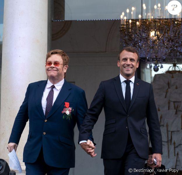 Elton John et Emmanuel Macron, président de la République - Après avoir remis la légion d'honneur à E.John, E.Macron lance en présence de la star la Fête de la Musique au Palais de l'Elysée. Pour l'occasion la cours est ouverte au public et des groupes de musique exclusivement féminins ont été invités. Un appel à la mobilisation internationale pour accroître les fonds de la lutte contre le sida, le paludisme et la tuberculose a également été lancé au cours de l'évènement. Paris, le 21 juin 2019. © Xavier Popy / Pool / Bestimage