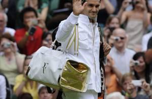 Le boss Roger Federer de retour dans son jardin... s'impose devant sa femme très ronde !