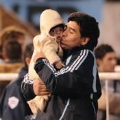 Diego Maradona... un papy qui prend soin de son bébé porte-bonheur !