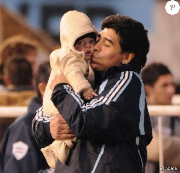 Maradona et son petit fils Benjamin, le 6 juin 2009