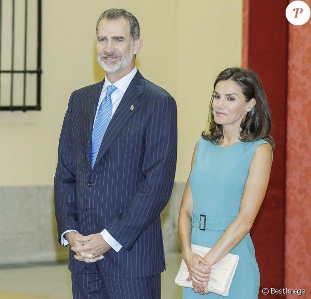 Le roi Felipe VI et la reine Letizia (robe Hugo Boss) d'Espagne au palais royal du Pardo à Madrid le 26 juin 2019 lors de l'assemblée générale des patronages de la Fondation Princesse des Asturies. Le couple royal a évoqué la première participation de la princesse Leonor des Asturies à la cérémonie des prix Princesse des Asturies au mois d'octobre.