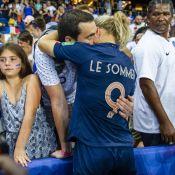 Les Bleues éliminées : les joueuses bouleversées dans les bras de leurs proches