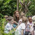 Catherine (Kate) Middleton, duchesse de Cambridge, invite les enfants du centre Anna Freud, de l'hôpital Evelina pour enfants, de Action for Children et de Place2Be à se joindre à elle pour un pique-nique suivi d'une chasse au trésor et une identification d'insectes. Dans le cadre de son programme pour inciter les familles et les communautés à passer du temps en plein air, le jardin RHS Back to Nature de la Duchesse de Cambridge sera transféré au festival RHS Garden Garden Festival. Londres, le 1er juillet 2019.
