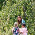 Catherine (Kate) Middleton, duchesse de Cambridge, invite les enfants du centre Anna Freud, de l'hôpital Evelina pour enfants, de Action for Children et de Place2Be à se joindre à elle pour un pique-nique suivi d'une chasse au trésor et une identification d'insectes. Toutes ces structures sont sous son patronage. Dans le cadre de son programme pour inciter les familles et les communautés à passer du temps en plein air, le jardin RHS Back to Nature de la Duchesse de Cambridge sera transféré au festival RHS Garden Garden Festival en juillet. Des milliers de familles supplémentaires pourront profiter du jardin, en plus des 19 500 visiteurs qui l'ont déjà vu au RHS Chelsea Flower Show. Le jardin RHS Back to Nature du festival de jardins du palais de Hampton Court est deux fois plus grand que l'original. La conception sauvage et naturelle a été développée afin de créer de nouvelles opportunités pour les enfants et les familles d'évoluer dans la nature. La conception de ce jardin a été une nouvelle fois créée grâce à une collaboration entre Son Altesse Royale et des architectes paysagiste de A.Davies et A.White et RHS. Londres, le 1er juillet 2019  Catherine, Duchess of Cambridge, invites children from her patronages to a picnic in the garden this afternoon. Children from the Anna Freud Centre, Evelina Children's Hospital, Action for Children and Place2Be will join Her Royal Highness in a treasure hunt and insect spotting activity. As part of her push to inspire families and communities to spend time in the great outdoors, The Duchess of Cambridge's RHS Back to Nature Garden transfered to the RHS Hampton Court Palace Garden Festival in July. Thousands more families will be able to enjoy the garden, in addition to over 19,500 visitors who saw it at the RHS Chelsea Flower Show. The RHS Back to Nature garden at the Hampton Court Palace Garden Festival is double the size of the original. The design has the same wild and natural feel but has been developed further in order to 