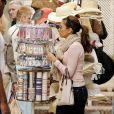 Eva Longoria cherhce un bracelet dans les rues de Marbella !
