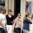 Eva Longoria et ses amis sortent d'une parfumerie de Marbella