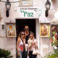 Eva Longoria et ses amis sortent d'une boutique d'articles... religieux !