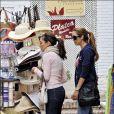 Eva Longoria fait du shopping avec ses amis Maria Bravo et Ken Paves, à Marbella