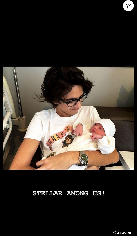 Sean Obispo tient sa demi-soeur Stellar dans les bras. Le fils de Pascal Obispo et Isabelle Funaro fait donc la connaissance de l'enfant de sa mèrea vec Michaël Youn. Juillet 2019.