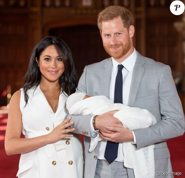 Meghan Markle, duchesse de Sussex, et le prince Harry le 8 mai 2019 lors de la présentation de leur fils Archie Harrison Mountbatten-Windsor dans le hall St George au château de Windsor.