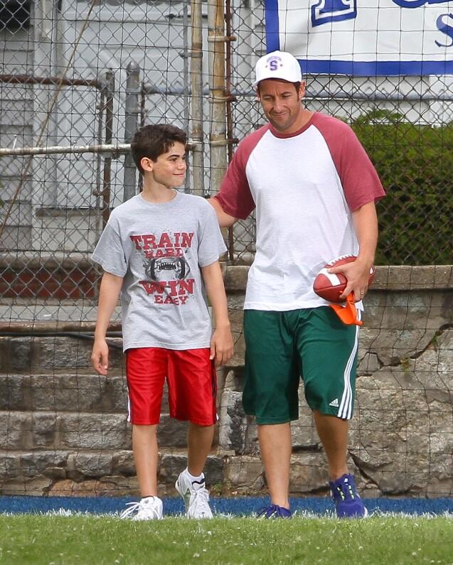 """Adam Sandler et Cameron Boyce sur le tournage de la comédie """"Copains pour toujours 2"""", dans le Massachusetts, en 2012."""