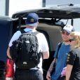 Exclusif - Ed Sheeran, en partance pour Madrid, embrasse passionnément sa femme Cherry Seaborn qui reste à Ibiza le 25 juin 2019
