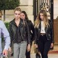 Exclusif- Cara Delevingne, très bouleversée par la cérémonie hommage au styliste K.Lagerfeld, et sa compagne Ashley Benson sont allées dîner en tête à tête au restaurant de l'hôtel Ritz. A la sortie, elles se sont fait un Paris by Night, où elles ont écumé les bars. Le 20 juin 2019.