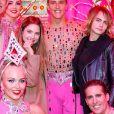 Exclusif - Cara Delevingne et sa compagne Ashley Benson posent avec les danseuses de la revue du Moulin Rouge à Paris, France, le 9 avril 2019. © Marc Ausset-Lacroix/Bestimage