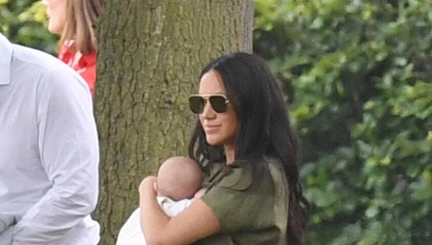 Meghan Markle et son fils Archie, 2 mois, au King Power Royal Charity Polo Day à Wokingham, dans le Berkshire, le 10 juillet 2019. Les princes Harry et William étaient le terrain, tandis que Kate Middleton s'occupait de ses trois enfants, George, Charlotte et Louis.