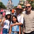 Laeticia Hallyday et ses filles à Disneyland, le 26 juin 2019. Jean Reno, le parrain de Jade et Joy, était également présent.