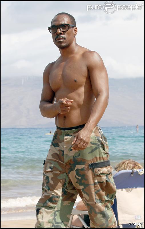 Eddie Murphy sur une magnifique plage, à Hawaï.