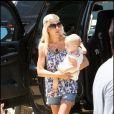 Tori Spelling, sopn mari Dean McDermott, leurs enfants Liam, 2 ans et Stella, 11 mois se promènent à malibu le 28 juin 2009