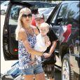 Tori Spelling, sopn mari Dean McDermott, leurs enfants Liam, 2 ans et Stella, 11 mois se promènent à malibu le 27 juin 2009