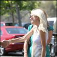 Tori Spelling, son mari Dean McDermott, leurs enfants Liam, 2 ans et Stella, 11 mois se promènent à malibu le 27 juin 2009